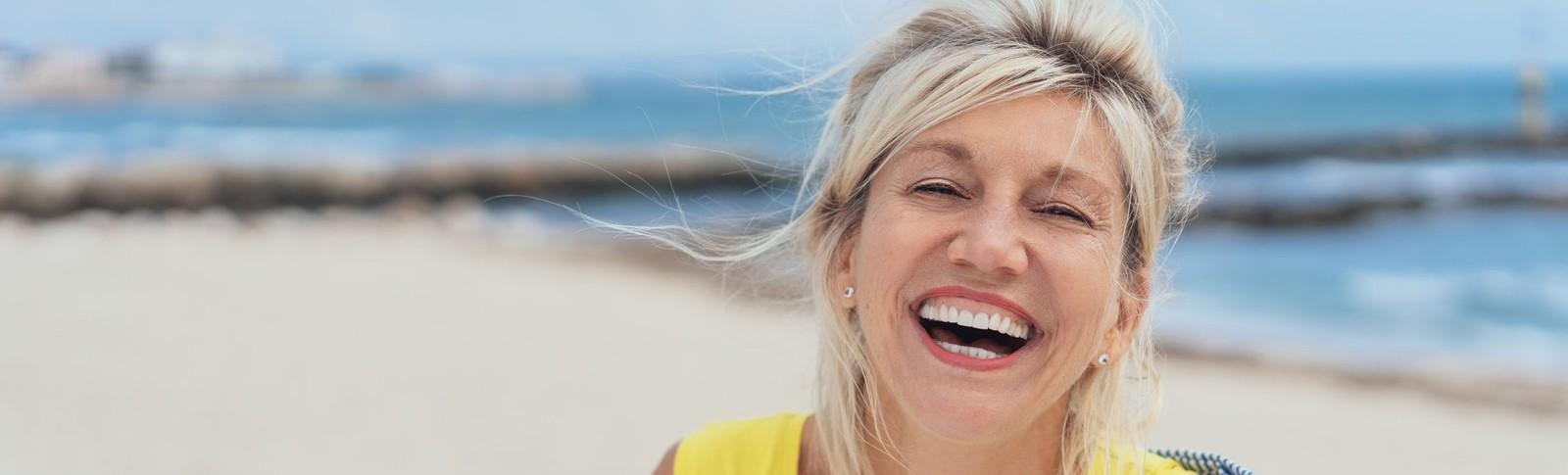Frau freut sich über das Ergebnis der Mesotherapie in den Moser Kliniken