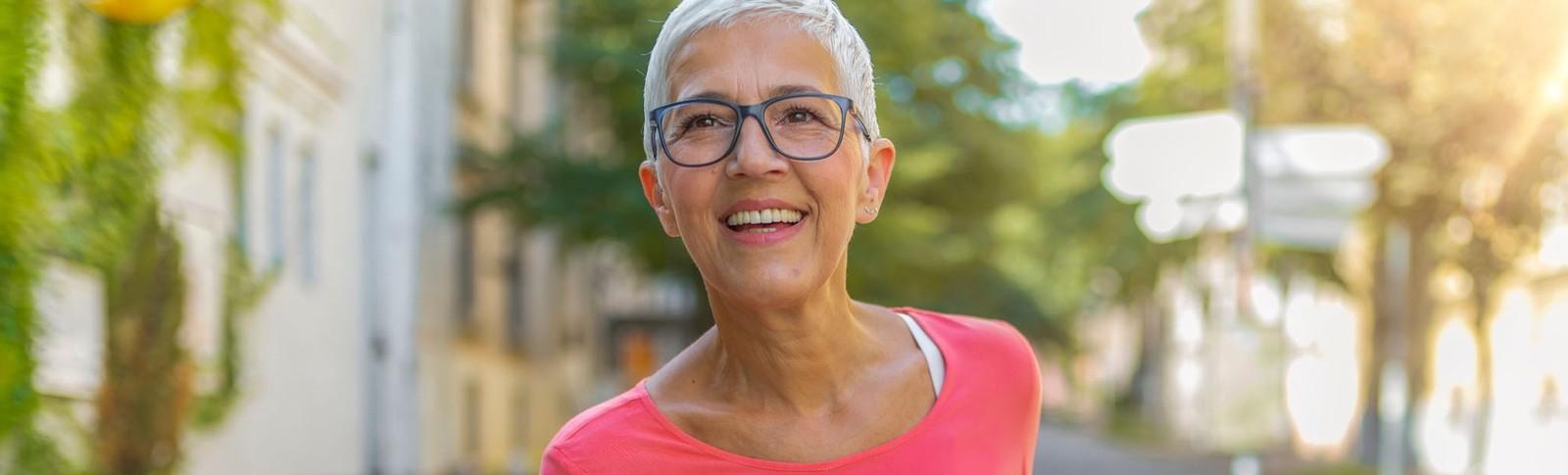 Ältere Dame ist überzeugt vom Ergebnis ihrer Halsstraffung in den Moser Kliniken