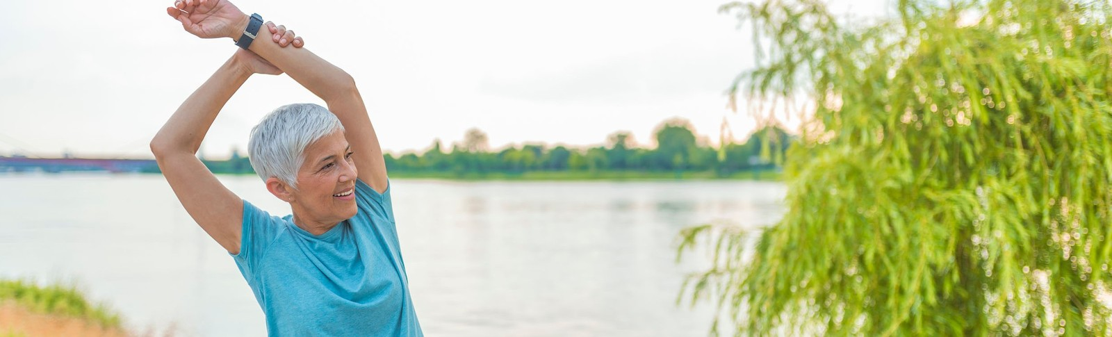 ältere Dame zeigt das Ergebnis ihrer erfolgreichen Fettabsaugung an den Oberarmen in den Moser Kliniken