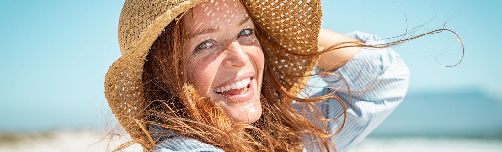 Frau macht Selfie nach Nasenkorrektur
