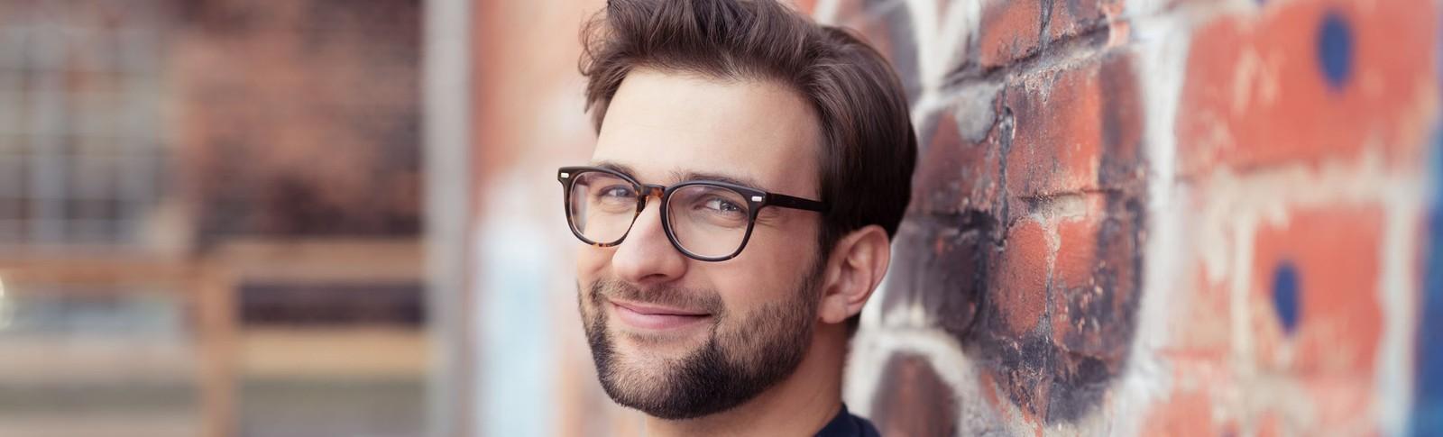 Glücklicher Mann nach Haartransplantation bei Tonsur