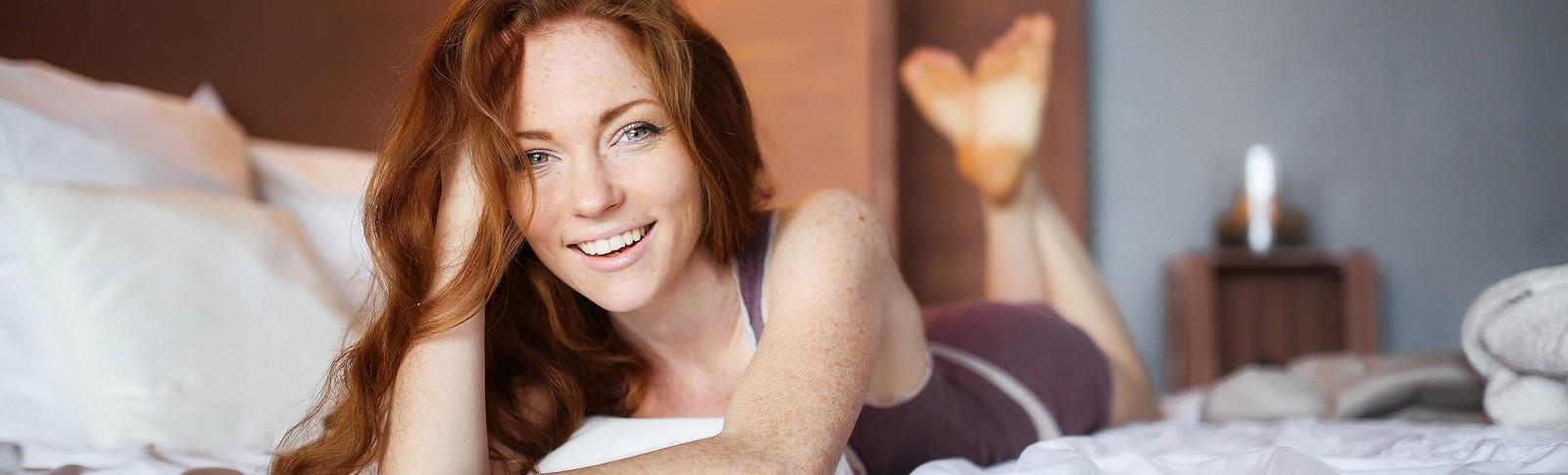 Frau ist glücklich, dass sie sich ihre Brustimplantate in der Moser Klinik hat wechseln lassen.