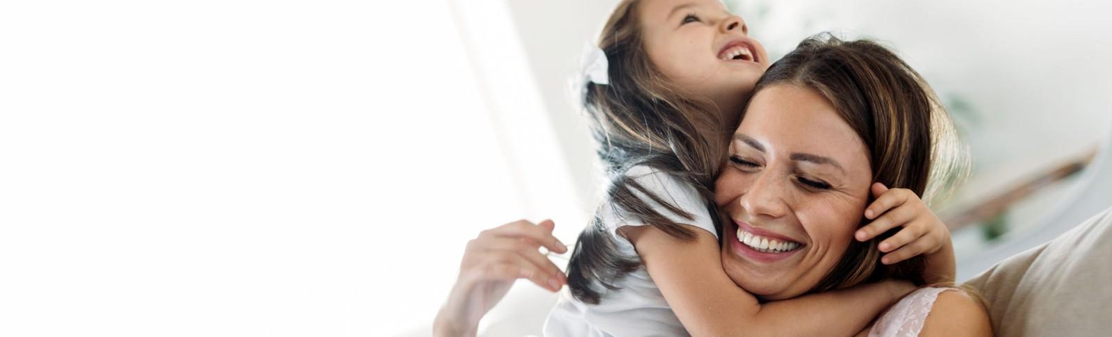 Frau genießt die Zeit mit ihrer Tochter nach einem Mommy Makeover in den Moser Kliniken