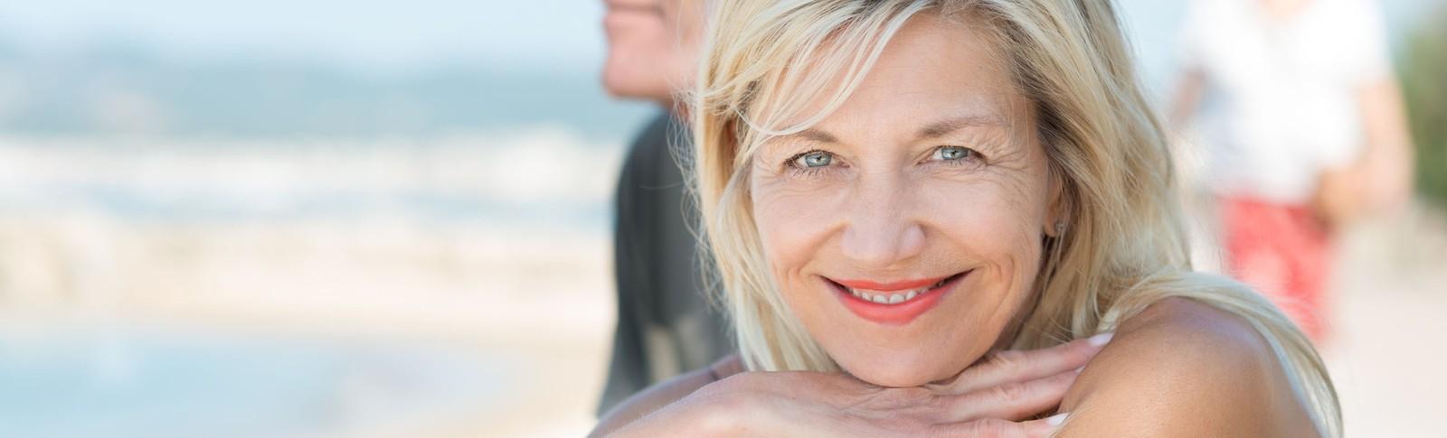Frau freut sich über ihr natürliches Aussehen nach einem Facelift in den Moser Kliniken