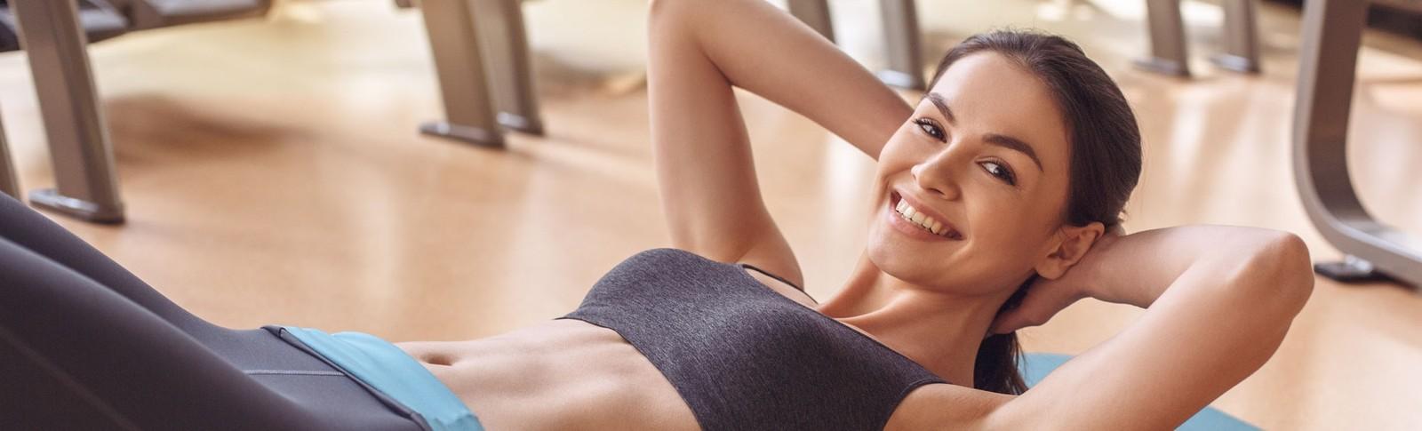 Junge Frau kann nach erfolgreicher Hautstraffung nach Gewichtsabnahme mit neugewonnener Freude Sport machen.