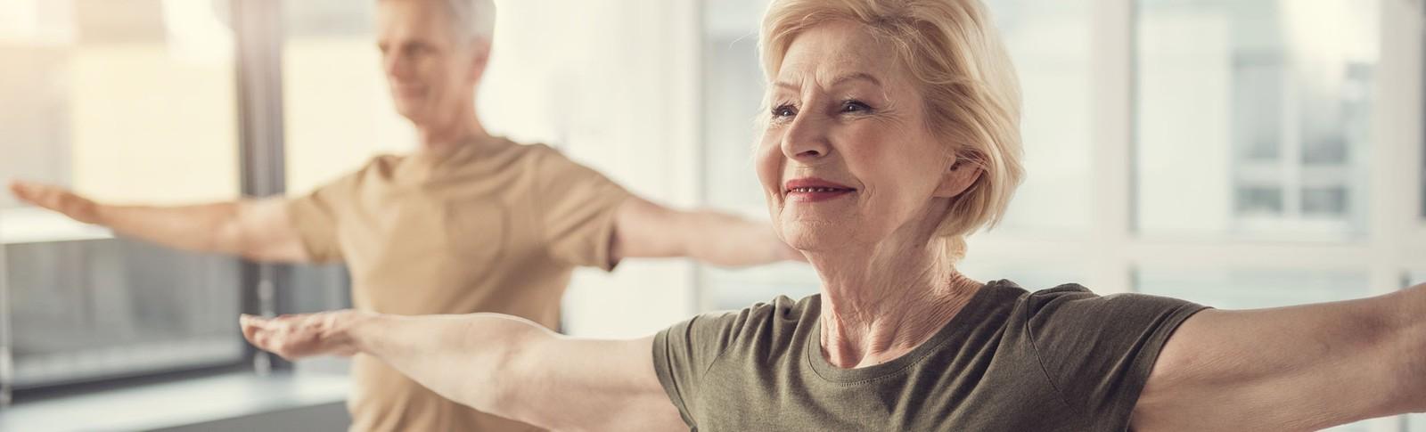 Ältere Dame genießt Gymnastik nach einer Oberarmstraffung in den Moser Kliniken.