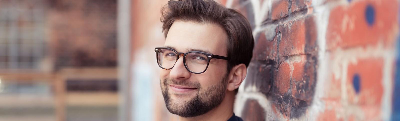 Mann freut sich über seine erfolgreiche Haarimplantation bei den Moser Kliniken