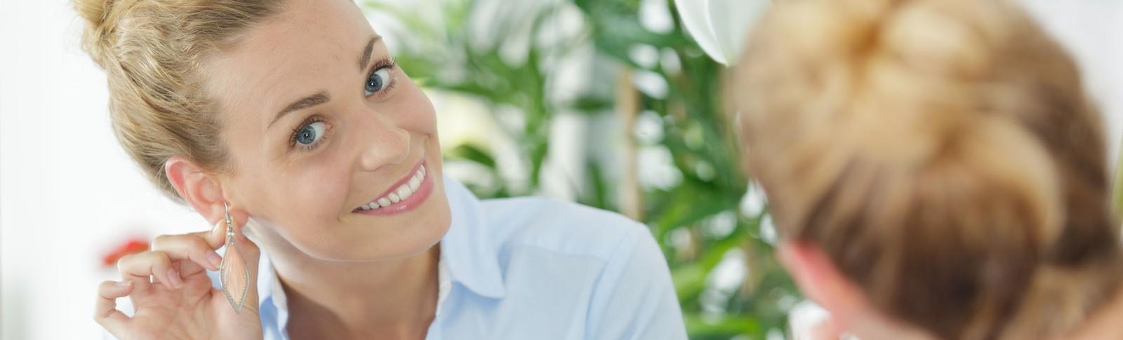 Frau trägt nach der Ohrläppchenverkleinerung in den Moser Kliniken wieder gerne Ohrringe