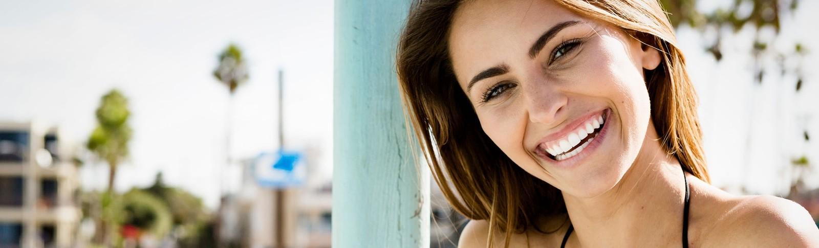 Frau ist zufrieden über ihre Brustvergrößerung mit Eigenfett in der Moser Klinik.