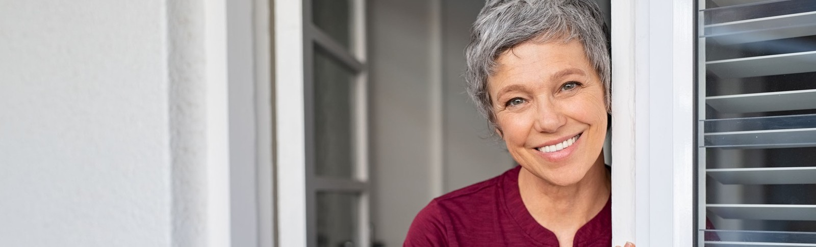 mittelalte Frau ist zufrieden mit dem Lippofilling in den Moser Kliniken