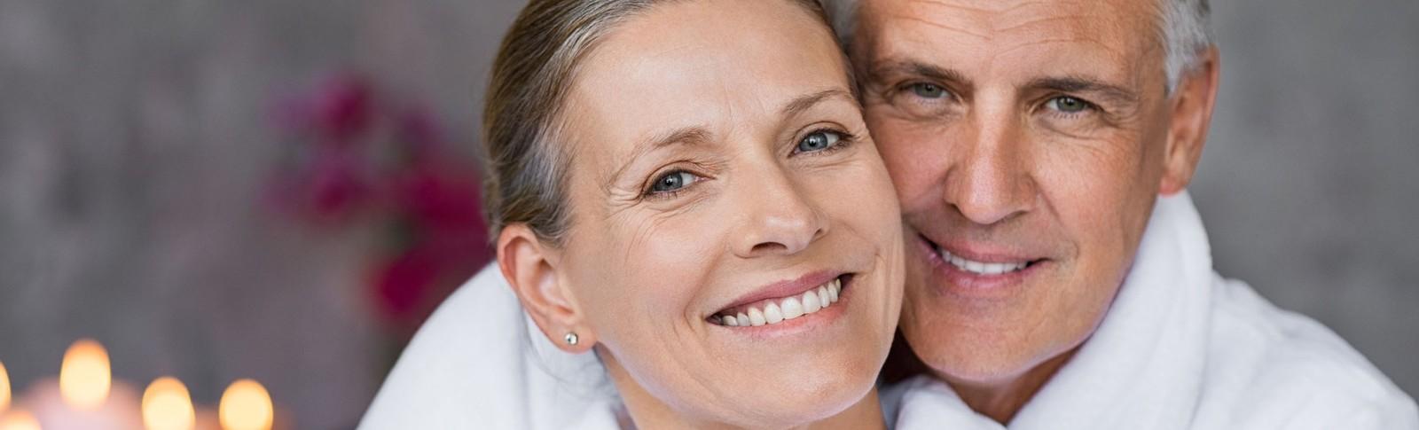 Paar ist nach dem Schlupflieder entfernen in den Moser Kliniken sehr zufrieden