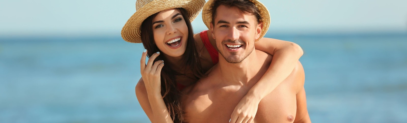 Paar genießt Strandurlaub nach seiner Gynäkomastie-Behandlung in der Moser Klinik.