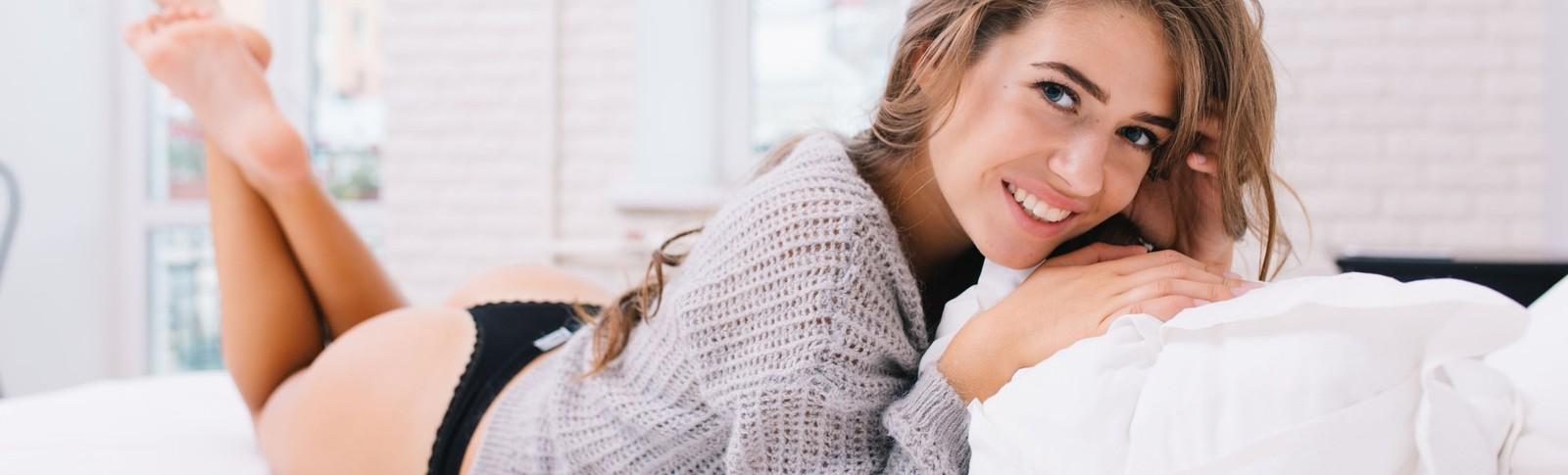 Junge Frau freut sich über ihren Körper nach dem Entfernen von Dehnungsstreifen in den Moser Kliniken