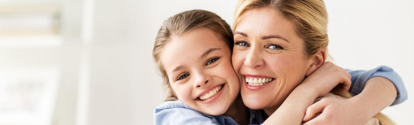 Mutter und Tochter freuen sich über die erfolgreiche Bauchstraffung nach Schwangerschaft in den Moser Kliniken