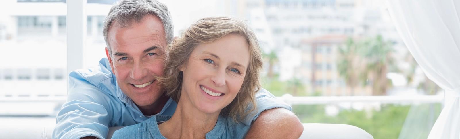Pärchen ist zufrieden mit dem Ergebnis der Augenlidkorrektur in den Moser Kliniken